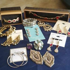 Lot of costume jewelry; earrings, rings, bracelets